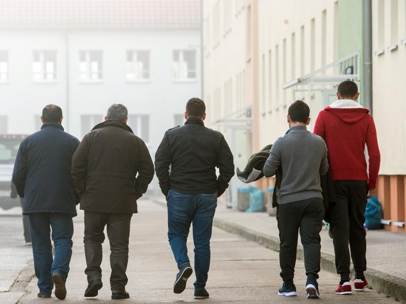Über 2500 Ausländer kamen trotz Ausreise-Geld zurück | Freie Presse - Deutschland