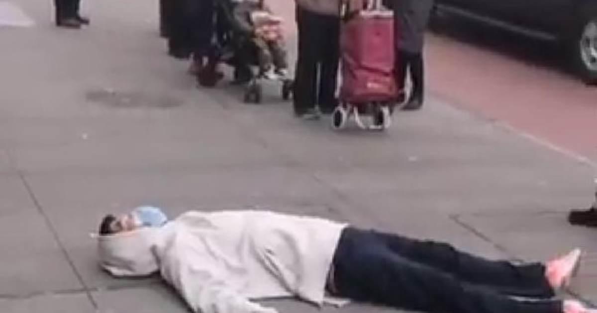 Man in Hospital Mask Passes Out on Flushing, New York City Street, Eerie Similarity to Wuhan Coronavirus Videos