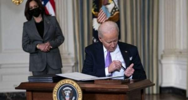 """MUST WATCH: Biden Struggles To Put Pen In His Pocket...Mumbles """"Kiss My Ear"""" To Himself Sitting Down To Sign Executive Orders"""