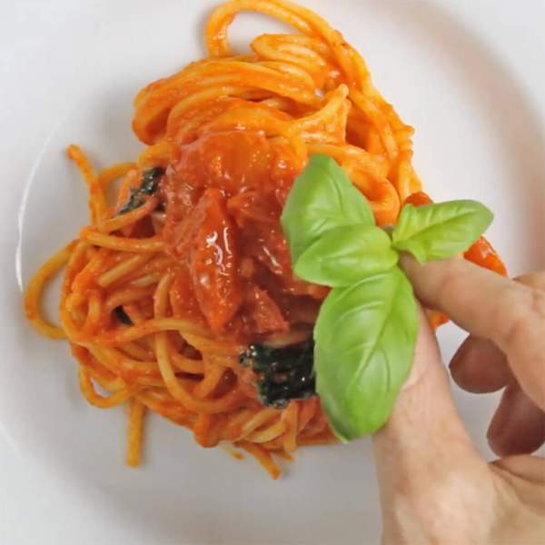 Creamy Roasted Red Pepper Pasta | EveryVeganRecipe.com - 100% Plant-Based Recipes for All People
