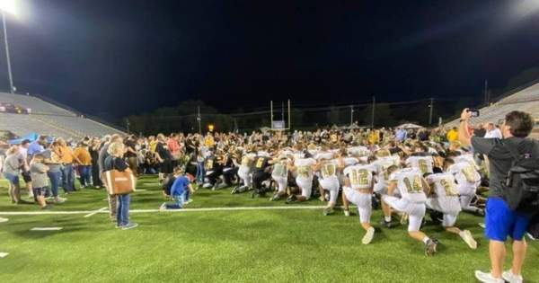 High-school football teams defy orders and lead fans in stirring postgame prayer